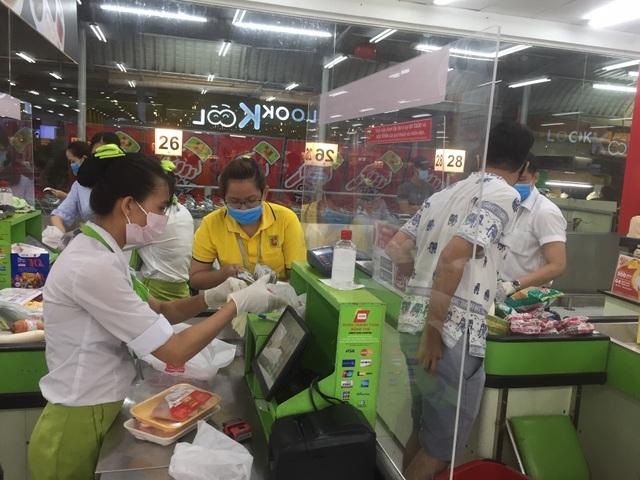 """TPHCM: Chợ và siêu thị vắng người, chợ tạm phải """"giải tán - 10"""