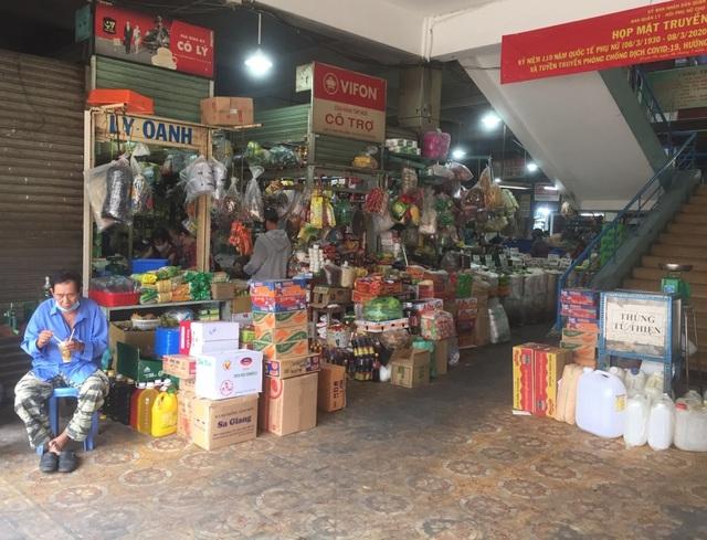 """TPHCM: Chợ và siêu thị vắng người, chợ tạm phải """"giải tán - 2"""