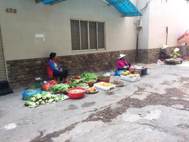 """TPHCM: Chợ và siêu thị vắng người, chợ tạm phải """"giải tán - 16"""