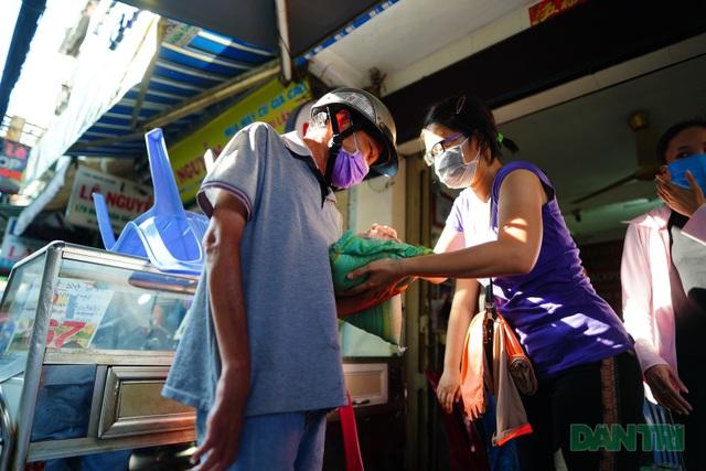 Người làm du lịch chung tay giúp người bán vé số - 10
