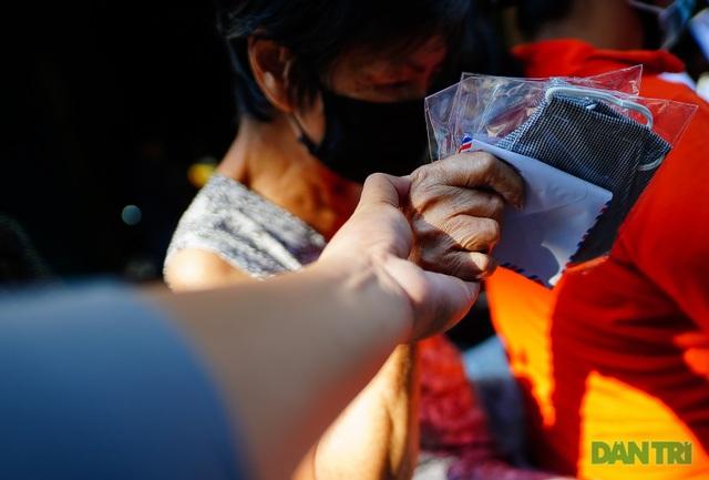 Người thực hiện du lịch chung tay giúp cho người bán vé số - 15
