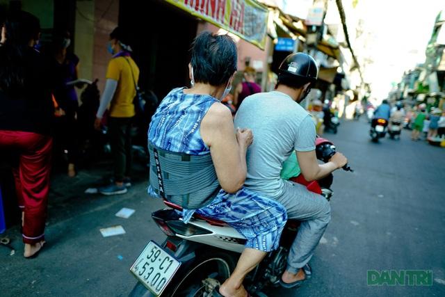 Người thực hiện du lịch chung tay giúp cho người bán vé số - 4