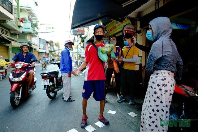 Người thực hiện du lịch chung tay giúp người bán vé số - 7