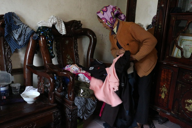 Quặn lòng cảnh bố mẹ già xin từng chiếc quần áo cũ lót chỗ cho con nằm - 4