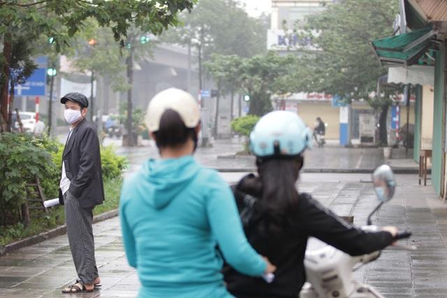Hà Nội: Nhiều người đội mưa đi test nhanh Covid-19... hụt - 16