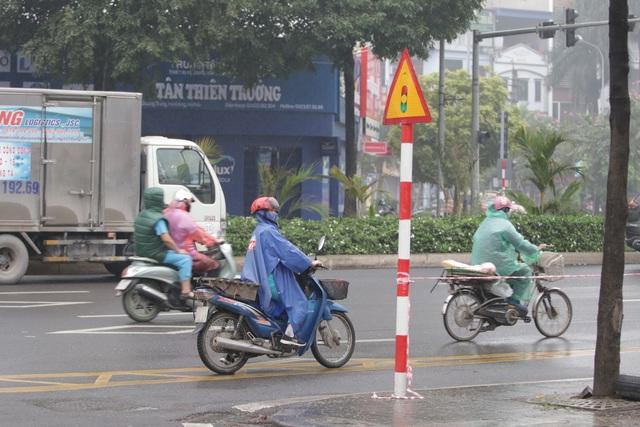 Hà Nội: Nhiều người đội mưa đi test nhanh Covid-19... hụt - 5