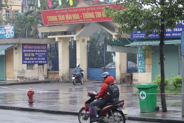 Hà Nội: Nhiều người đội mưa đi test nhanh Covid-19... hụt - 1