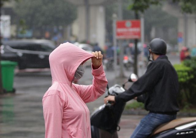 Hà Nội: Nhiều người đội mưa đi test nhanh Covid-19... hụt - 12