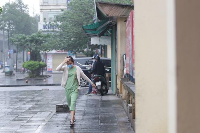 Hà Nội: Nhiều người đội mưa đi test nhanh Covid-19... hụt - 9