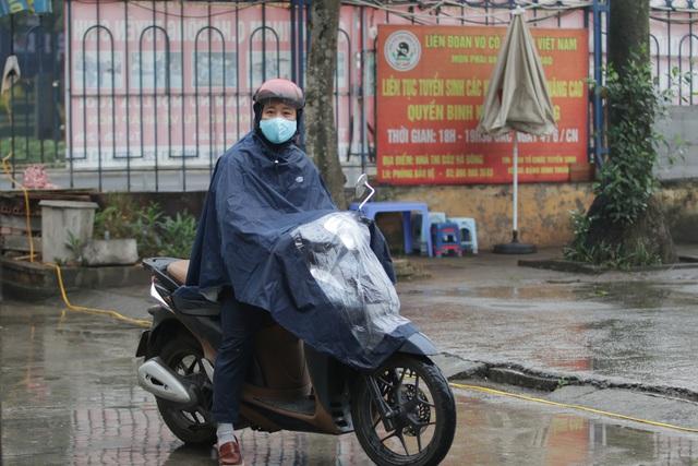 Hà Nội: Nhiều người đội mưa đi test nhanh Covid-19... hụt - 15