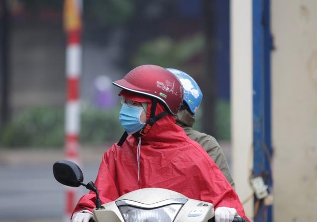 Hà Nội: Nhiều người đội mưa đi test nhanh Covid-19... hụt - 8