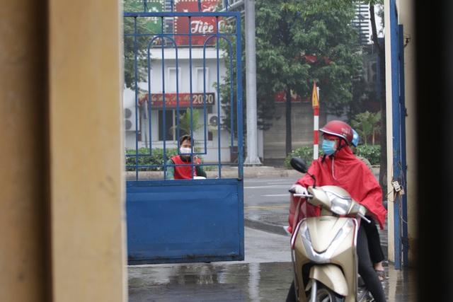Hà Nội: Nhiều người đội mưa đi test nhanh Covid-19... hụt - 7