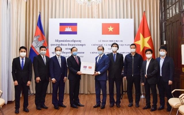 Việt Nam gửi trang thiết bị y tế hỗ trợ Lào, Campuchia chống Covid-19 - 2