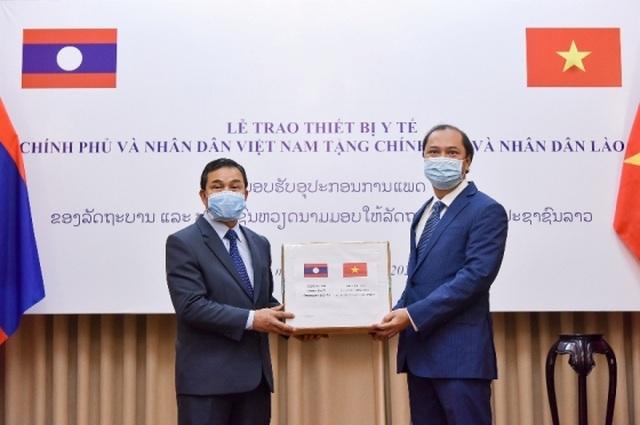 Việt Nam gửi trang thiết bị y tế hỗ trợ Lào, Campuchia chống Covid-19 - 1