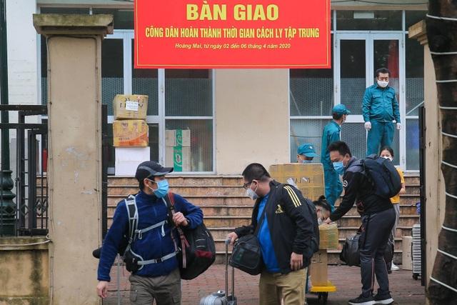 Hàng trăm người dân rạng rỡ rời khu cách ly tập trung phòng Covid-19 - 3