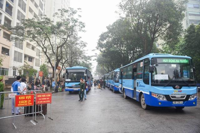Hàng trăm người dân rạng rỡ rời khu cách ly tập trung phòng Covid-19 - 2