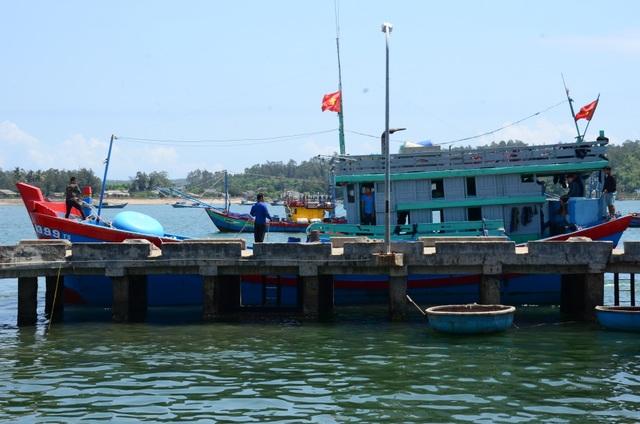 Đưa 8 ngư dân trên tàu bị Trung Quốc đâm chìm đi cách ly - 1
