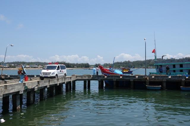 Đưa 8 ngư dân trên tàu bị Trung Quốc đâm chìm đi cách ly - 4