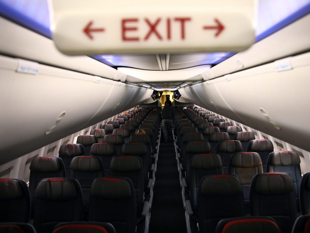 Máy bay trống rỗng nhưng hành khách vẫn bị ép ngồi sát nhau - 1