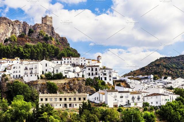 Thị trấn như pháo đài thời Trung Cổ, bất khả xâm phạm với Covid-19 - 1