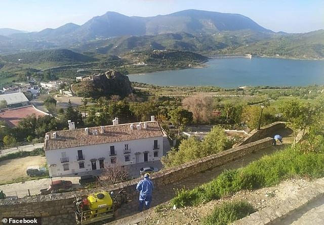 Thị trấn như pháo đài thời Trung Cổ, bất khả xâm phạm với Covid-19 - 2
