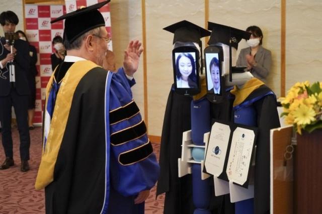 Lễ tốt nghiệp online dùng robot nhận bằng thay sinh viên - 1