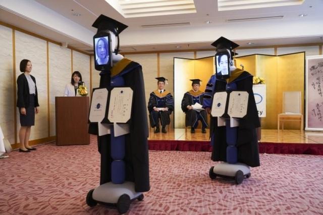 Lễ tốt nghiệp online dùng robot nhận bằng thay sinh viên - 2