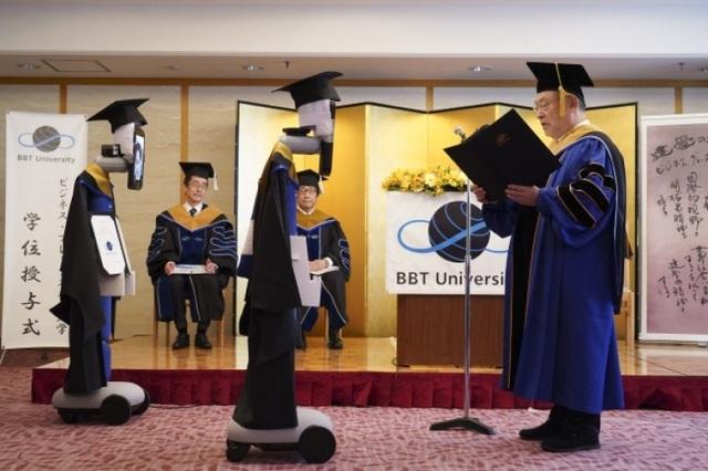 Lễ tốt nghiệp online dùng robot nhận bằng thay sinh viên - 3