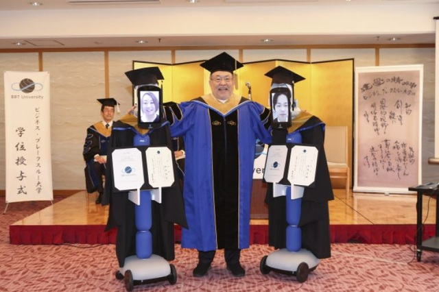Lễ tốt nghiệp online dùng robot nhận bằng thay sinh viên - 4