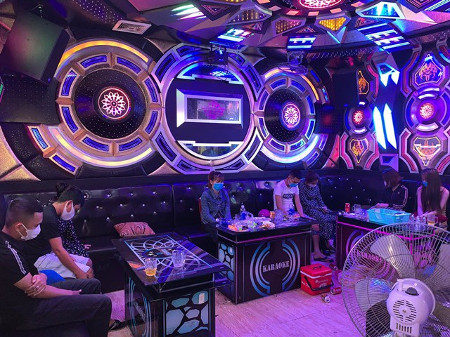 """Nhiều quán karaoke mở cửa đón """"dân bay"""" bất chấp lệnh cấm trong dịch - 1"""