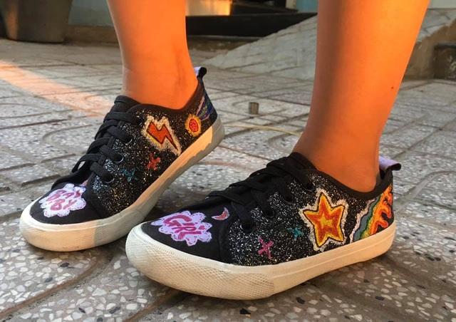 Nữ sinh lớp 7 lột xác giày cũ thành... tuyệt phẩm độc đáo - 2