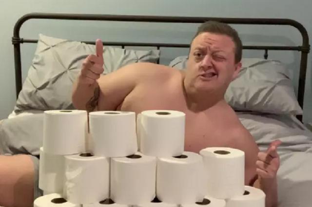 Khoe có nhiều giấy vệ sinh để kiếm người yêu mùa dịch - 1