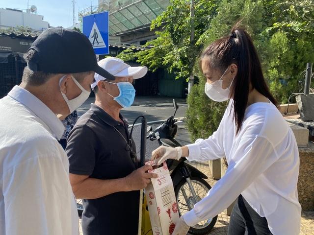 Á hậu Kiều Loan cùng đạo diễn Hoàng Nhật Nam giúp đỡ người bán vé số 9