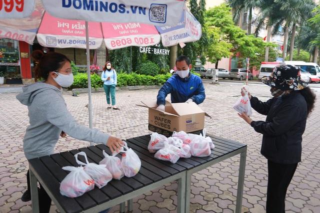 Ấm lòng suất ăn ai thiếu đến nhận trên phố Hà Nội giữa đại dịch Covid-19 - 2
