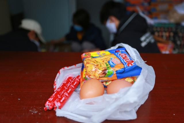Ấm lòng suất ăn ai thiếu đến nhận trên phố Hà Nội giữa đại dịch Covid-19 - 6