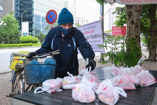 Ấm lòng suất ăn ai thiếu đến nhận trên phố Hà Nội giữa đại dịch Covid-19 - 11