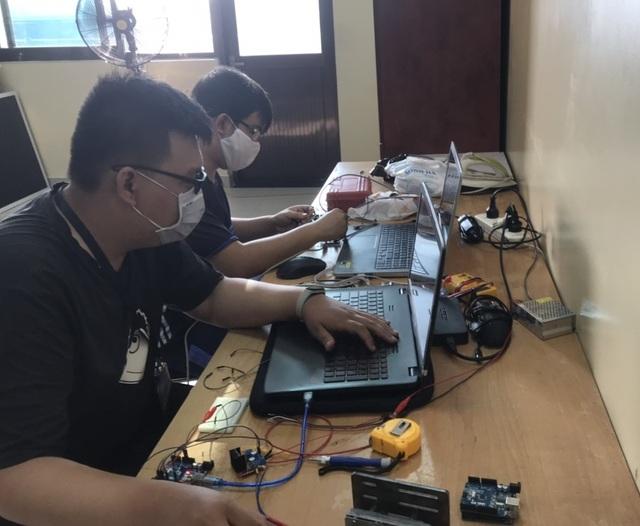 Trường đại học chế tạo robot đa năng khử khuẩn phòng chống Covid-19 - 2