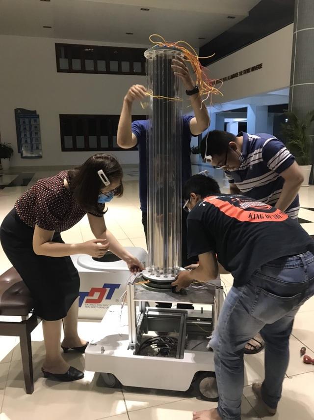 Trường đại học chế tạo robot đa năng khử khuẩn phòng chống Covid-19 - 3