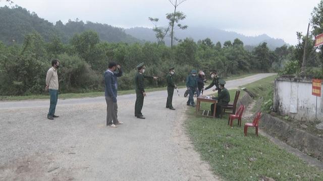 Những chiến sĩ quân hàm xanh vất vả nơi tuyến đầu chống dịch Covid-19 - 6
