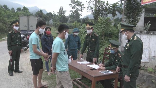 Những chiến sĩ quân hàm xanh vất vả nơi tuyến đầu chống dịch Covid-19 - 4