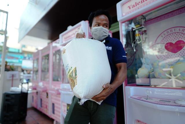 Máy tự động phát gạo từ thiện ở Sài Gòn giữa mùa dịch Covid-19 - 10