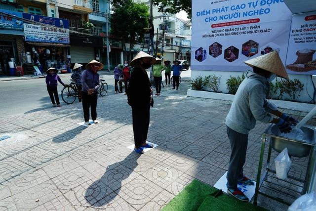 Máy tự động phát gạo từ thiện ở Sài Gòn giữa mùa dịch Covid-19 - 9