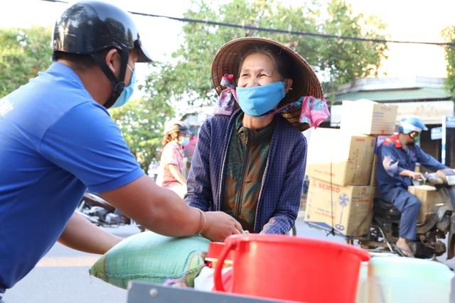 Ấm lòng những bao gạo, suất ăn hỗ trợ người nghèo trong thời gian dịch bệnh - 3
