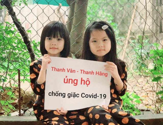 Chị em sinh đôi trích tiền mừng tuổi ủng hộ bác sĩ chống giặc Covid-19 - 1