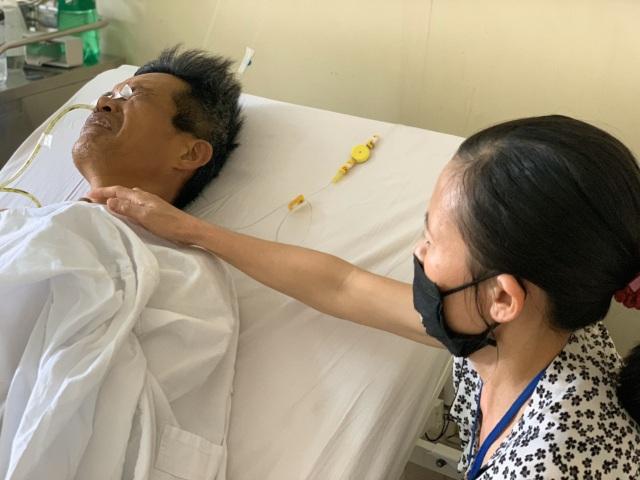 Xót xa cảnh người vợ khóc cạn nước mắt vì chồng, con ung thư - 3