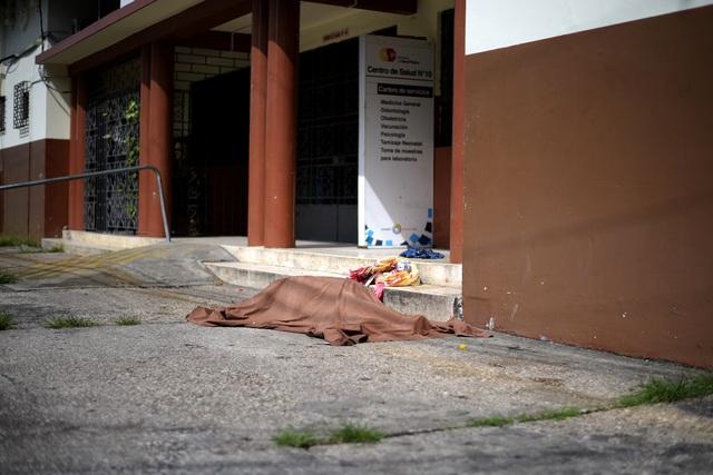 Xác chết rải trên phố vì dịch, Ecuador dùng thùng các-tông làm quan tài - 3