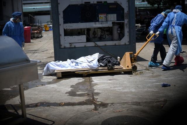 Xác chết rải trên phố vì dịch, Ecuador dùng thùng các-tông làm quan tài - 2
