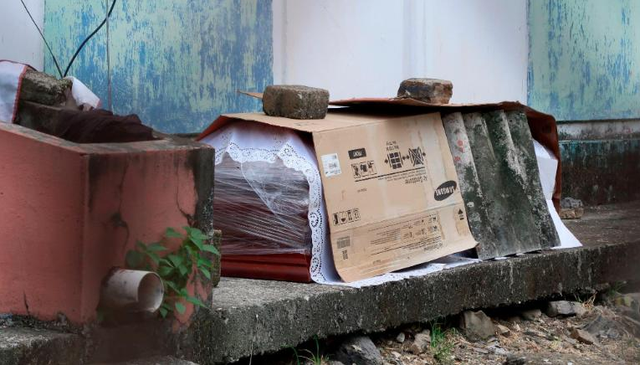 Xác chết rải trên phố vì dịch, Ecuador dùng thùng các-tông làm quan tài - 4