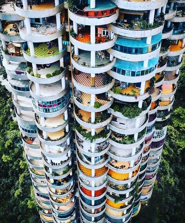 """Tòa chung cư với kiến trúc """"kỳ lạ"""", càng nhìn càng """"hút mắt"""" như mê cung - 1"""