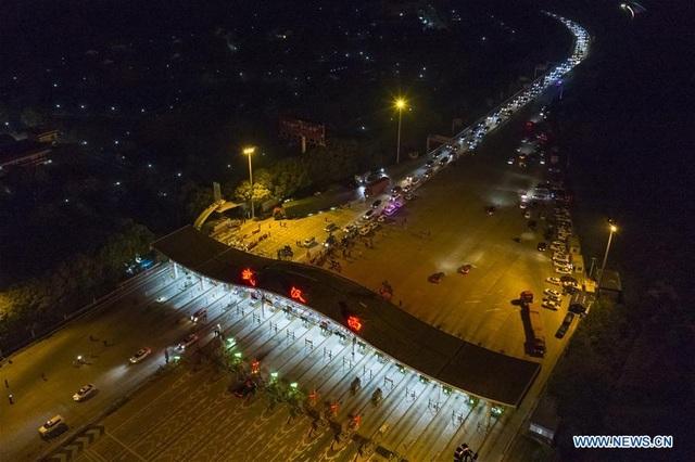 Người dân hối hả di chuyển, đường Vũ Hán ùn tắc sau khi dỡ phong tỏa - 4